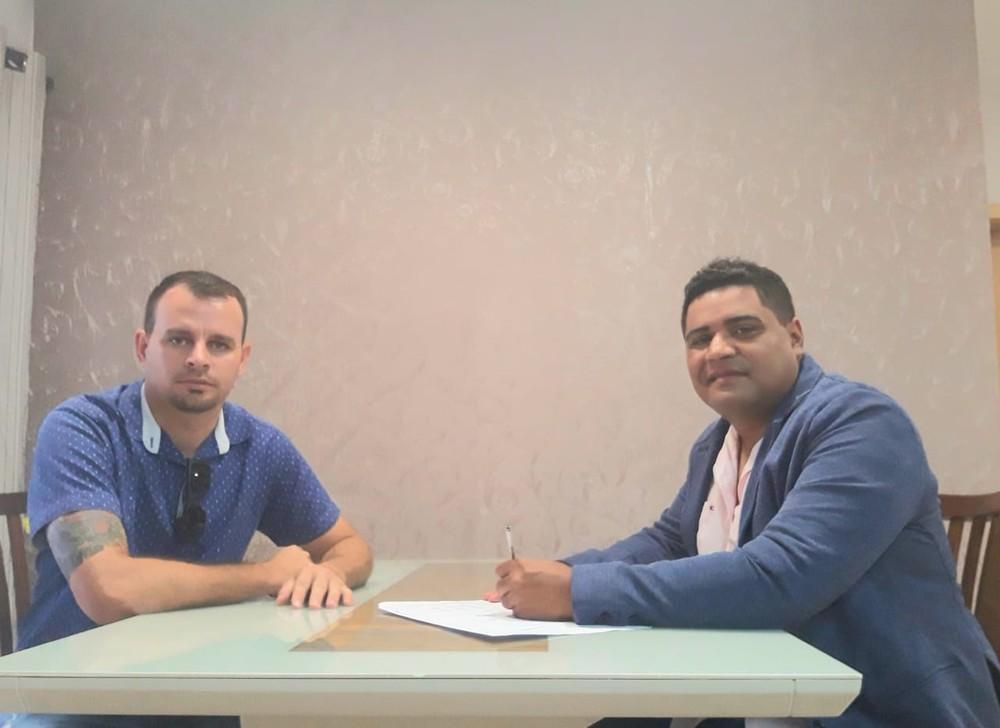 Nova presidência da União Cacoalense. À direita Weverson Dias, diretor de futebol e na esquerda Leandro Silva, vice presidente. (Foto: Assessoria União Cacoalense)